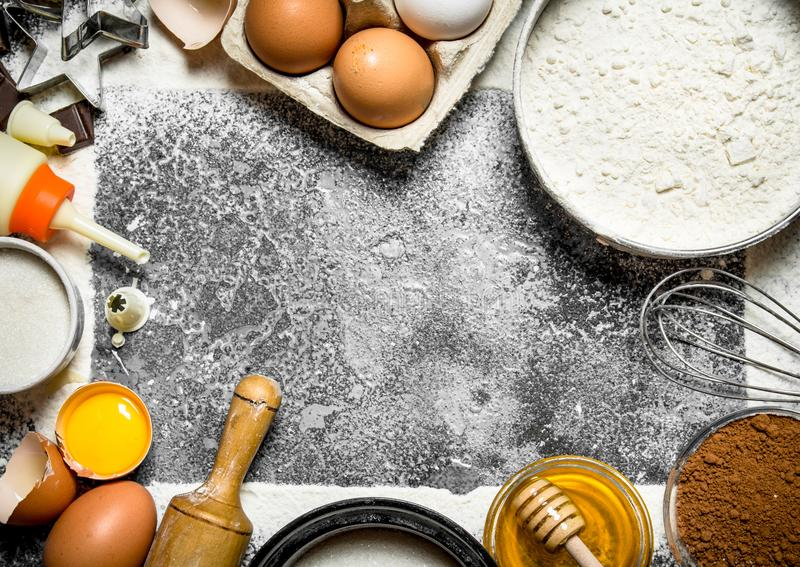 Fundo do cozimento Vários ingredientes para preparar cookies deliciosas fotos de stock
