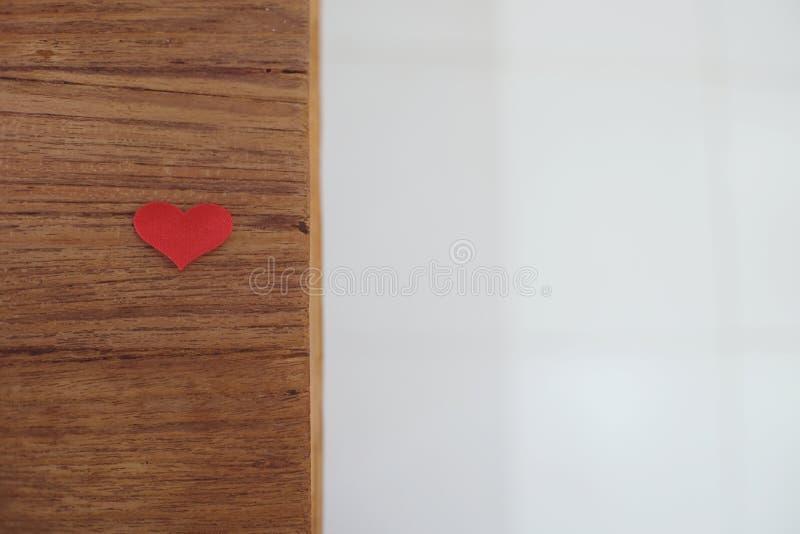 Fundo do dia de Valentim do amor com corações vermelhos copie o espaço no wo imagem de stock royalty free
