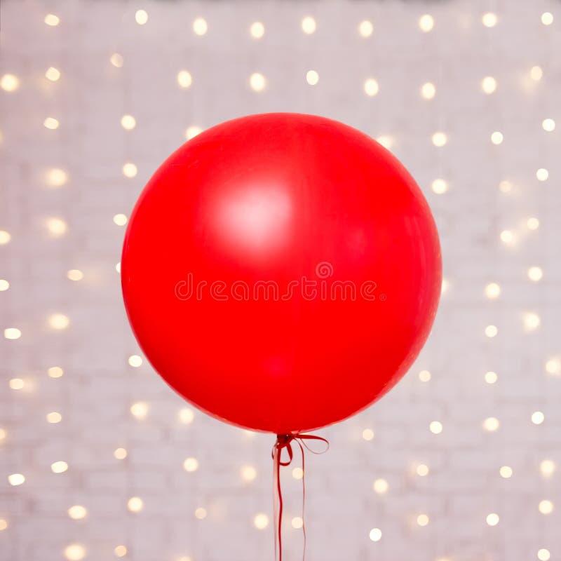 Fundo do dia de Valentim - balão vermelho grande sobre a parede de tijolo imagem de stock royalty free