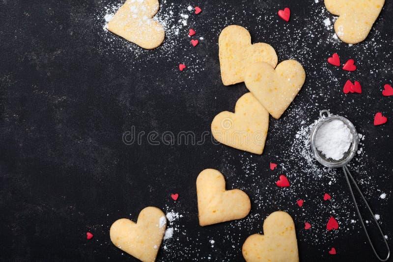 Fundo do dia de Valentim com as cookies na forma do coração Cozimento doce Vista superior imagem de stock