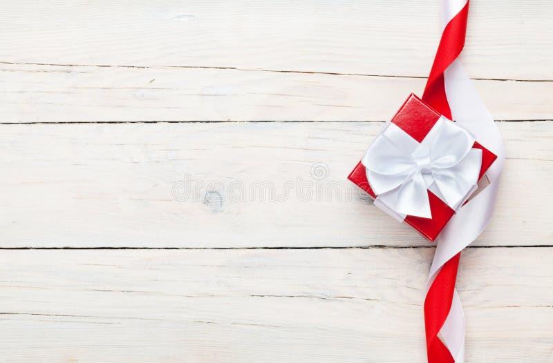 Fundo do dia de Valentim com a caixa de presente sobre a tabela de madeira branca fotografia de stock
