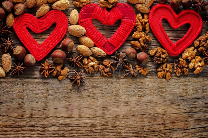Fundo do dia de Valentim com corações e porcas fotografia de stock
