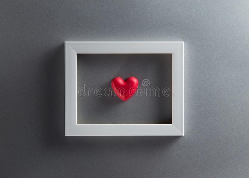 Fundo do dia de Valentim com forma e wh vermelhos do coração dos chocolates imagem de stock