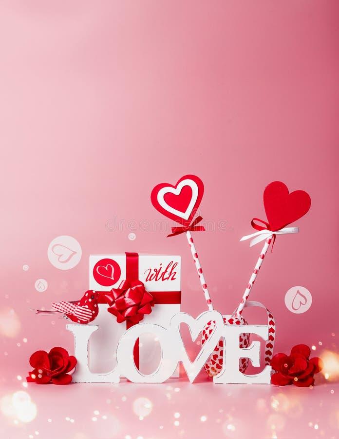 Fundo do dia de Valentim Composição com mensagem do amor, caixa de presente, as fitas vermelhas e os pirulitos dos corações Conce fotografia de stock