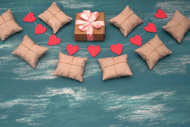 Fundo do dia do ` s do Valentim com a festão decorativa da composição no fundo de madeira pintado foto de stock royalty free