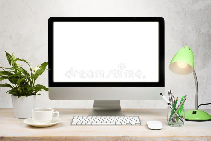 Fundo do espaço de trabalho com computador de secretária e acessórios do escritório na tabela