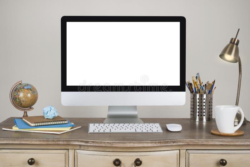 Fundo do espaço de trabalho com computador de secretária e acessórios na tabela do vintage foto de stock