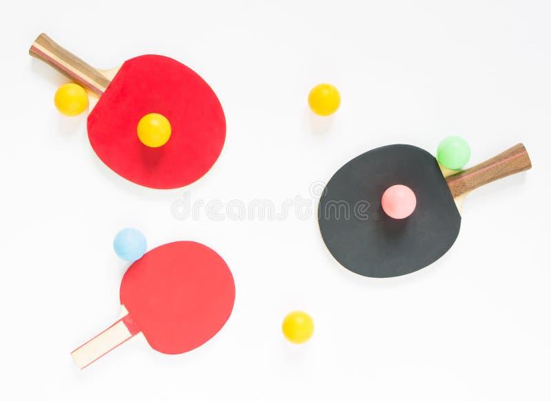 Fundo do esporte Raquetes e bolas vermelhas e pretas do tênis de mesa Configuração lisa, vista superior fotografia de stock royalty free
