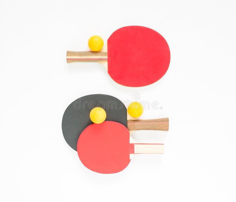 Fundo do esporte Raquetes vermelhas e pretas do tênis de mesa e bolas alaranjadas Configuração lisa, vista superior fotografia de stock
