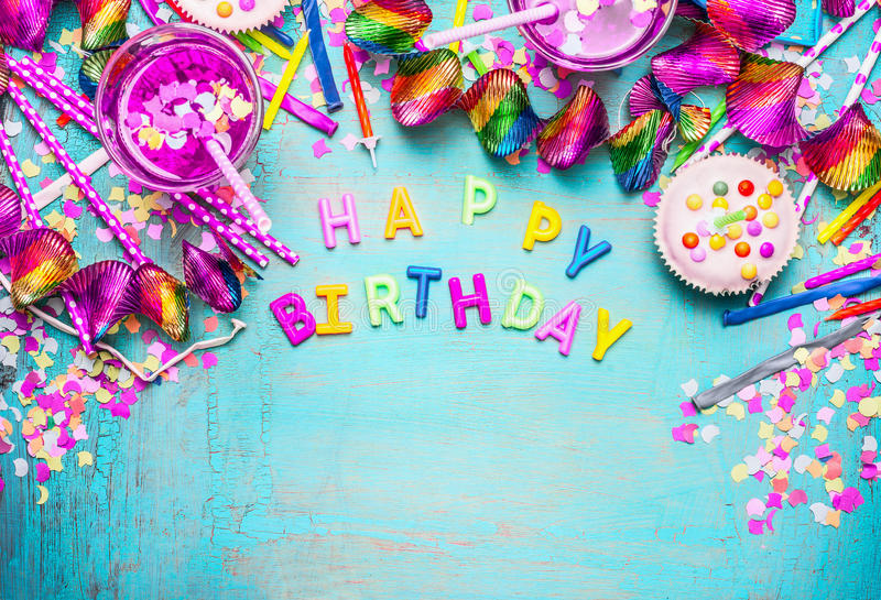 Fundo do feliz aniversario com letras, bolo, bebidas e a decoração festiva cor-de-rosa no fundo de madeira chique gasto do azul d fotografia de stock royalty free