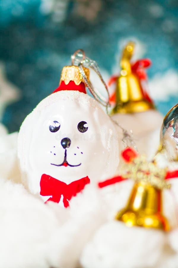 Fundo do feriado com a caixa de presente decorativa bonito do ornamento da árvore de Natal da bota de Santa na neve sobre imagem de stock