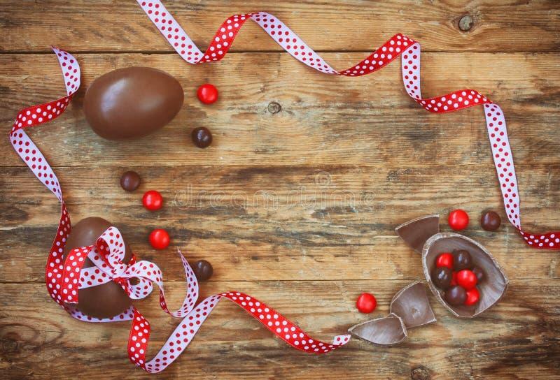Fundo do feriado da Páscoa com ovos de chocolate fotografia de stock royalty free