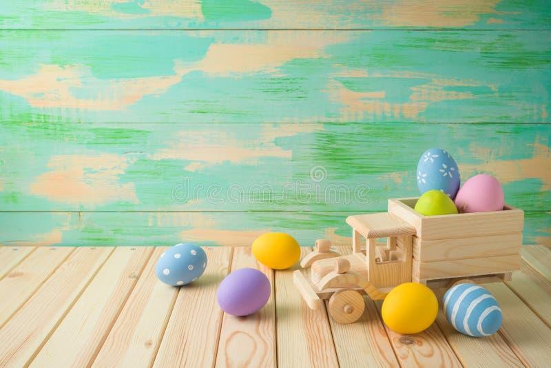 Fundo do feriado da Páscoa com ovos da páscoa e caminhão do brinquedo foto de stock royalty free
