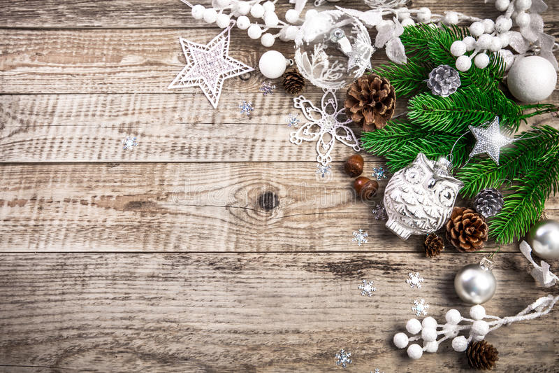 Fundo do feriado do Natal com as bolas do pinecone que cumprimentam imagem de stock
