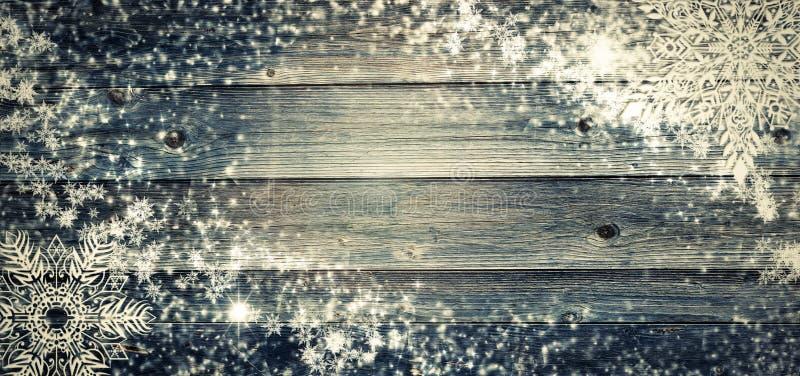 Fundo do feriado do Natal com bolas do pinecone Estilo rústico velho da placa de madeira do ramo do cartão Copyspace e vista supe fotografia de stock royalty free