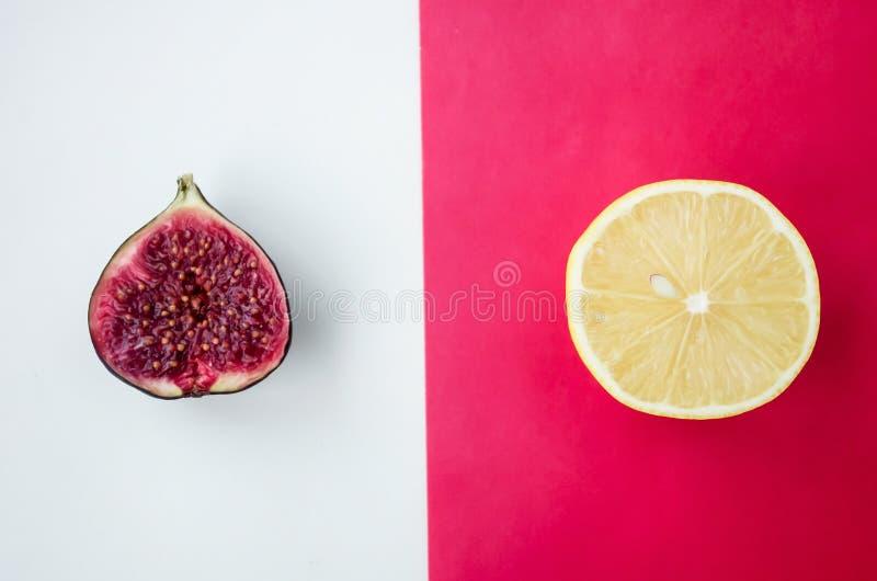 Fundo do fruto cortado fresco em uma tabela no afterno foto de stock royalty free