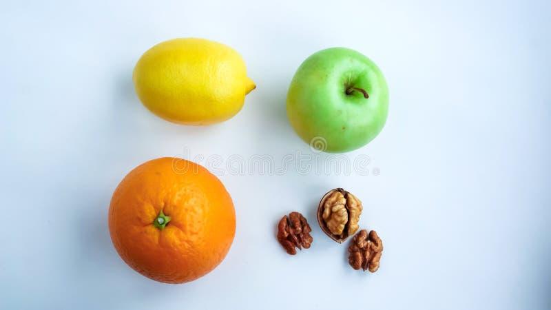 Fundo do fruto cortado fresco em uma tabela no afterno fotos de stock royalty free