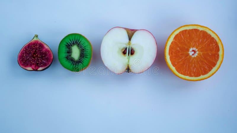 Fundo do fruto cortado fresco em uma tabela no afterno imagens de stock