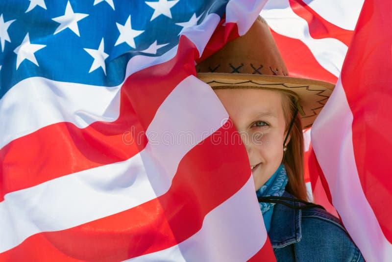 Fundo do grunge da independ?ncia Day Menina feliz bonita com os olhos verdes no fundo da bandeira americana em um dia ensolarado  foto de stock royalty free