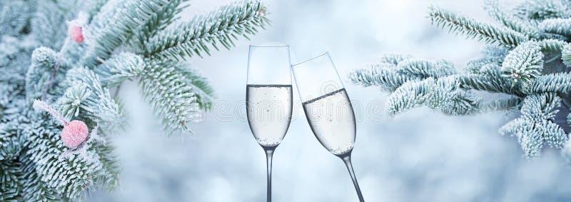 Fundo do inverno com champanhe para felicitações foto de stock royalty free