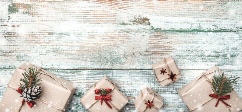 Fundo do inverno, com textura pronunciada, na parte inferior muitos presentes feitos a mão na madeira branca, velha foto de stock royalty free