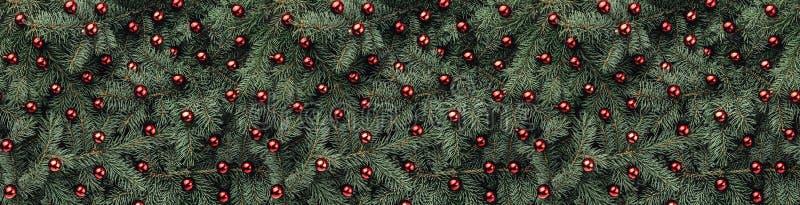 Fundo do inverno de ramos do abeto Decorado com quinquilharias vermelhas Cartão de Natal Vista superior Felicitações do Xmas imagens de stock