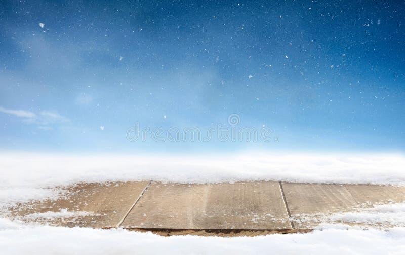 Fundo do inverno do Natal e tabela da madeira Cartão do Feliz Natal com cópia-espaço fotografia de stock