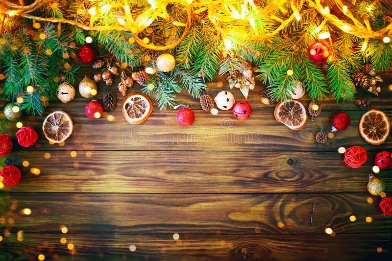 Fundo do inverno do Natal, uma tabela decorada com ramos do abeto e decorações Ano novo feliz Feliz Natal imagens de stock royalty free