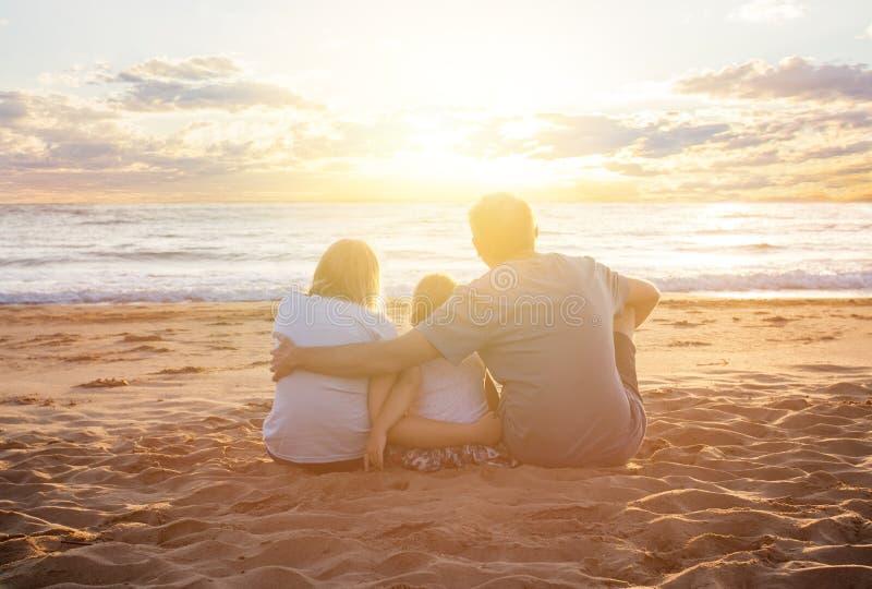 Fundo do mar e da praia Skyline com nuvens do céu, mar e a areia branca imagem de stock royalty free