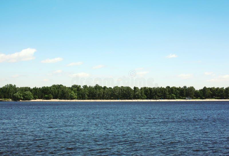 Fundo do mar e do céu azul, terra interurbana, praia imagens de stock royalty free