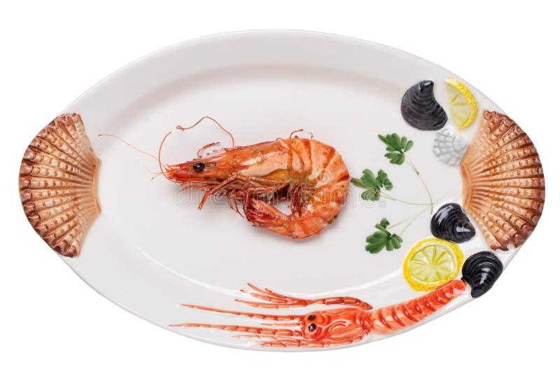 Fundo do marisco Close up de um tigre grande grelhado fresco ou de camarões do camarão em uma placa colorida do marisco isolada e imagem de stock