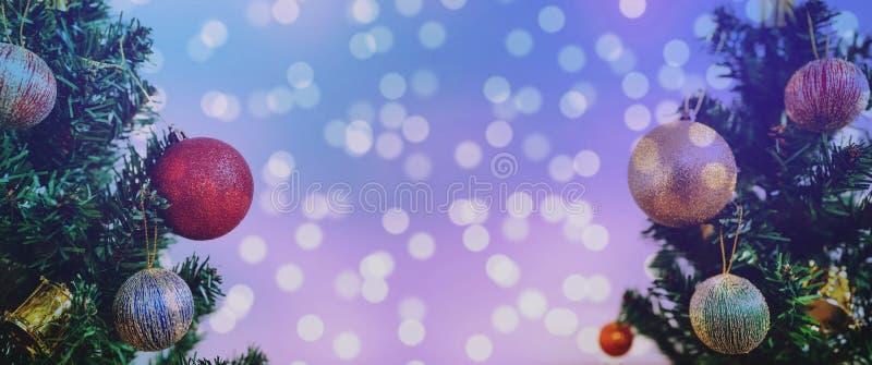 Fundo do Natal A árvore de Natal panorâmico com Bokeh colorido ilumina o fundo fotos de stock