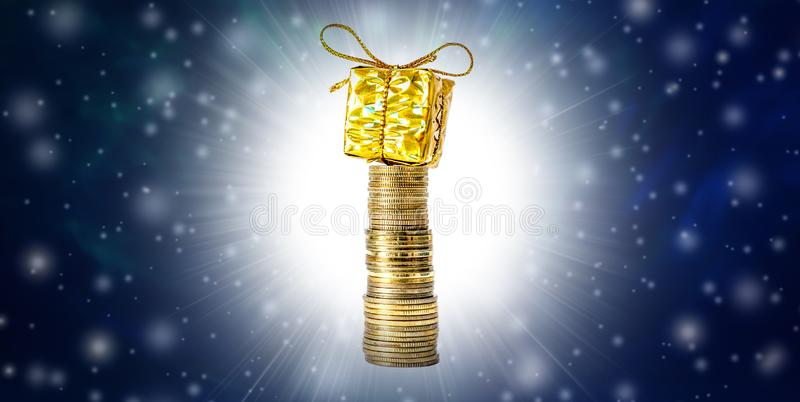 Fundo do Natal bonito e de ano novo com moedas e caixa de presente na neve de empacotamento, de queda do ouro e no espaço livre p fotos de stock royalty free