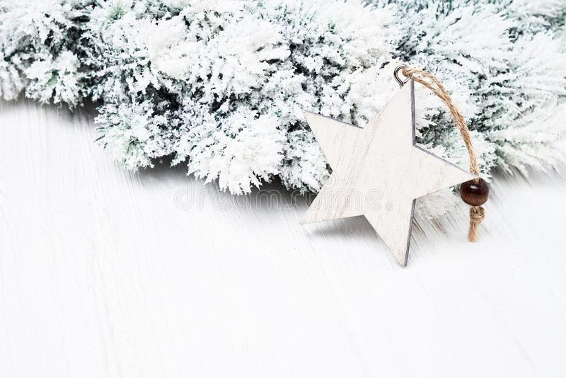 Fundo do Natal branco Os ramos de árvore do abeto do Natal com estrela dão forma à decoração fotos de stock royalty free