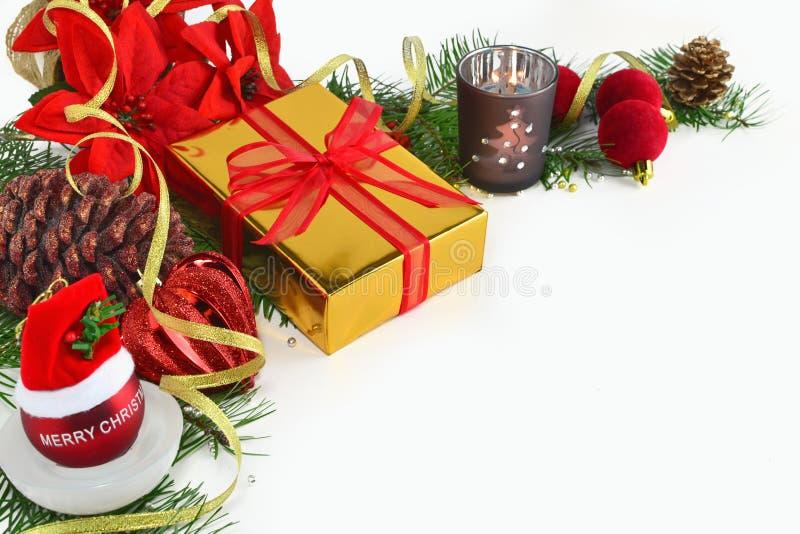 Fundo do Natal, cartão com quinquilharias, poinsétia, presente e decorações no branco imagem de stock