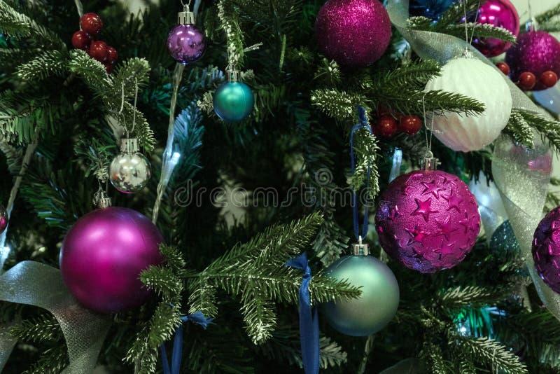 Fundo do Natal Close-up das decorações e das bolas na árvore do ano novo imagem de stock royalty free