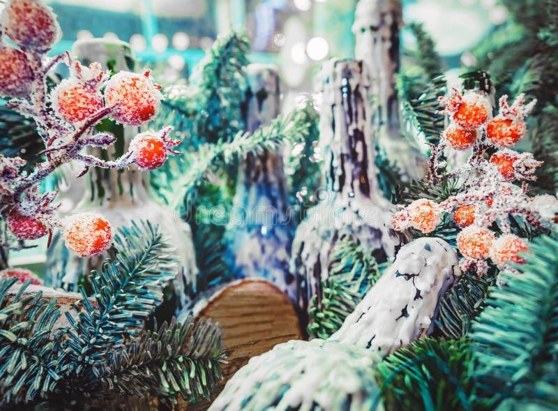 Fundo do Natal com ano novo feliz festivo da decoração e do texto na língua de russo Cartão do Xmas com cumprimento fotografia de stock