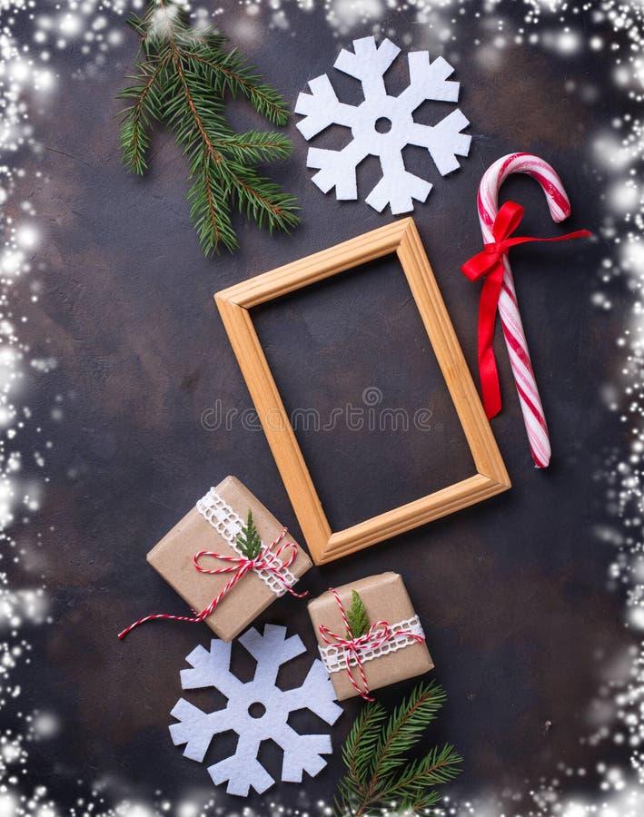 Fundo do Natal com caixas de presente e bastão de doces fotos de stock