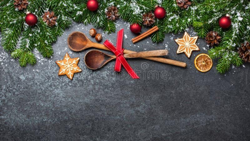 Fundo do Natal com colheres e as decorações de madeira fotos de stock royalty free