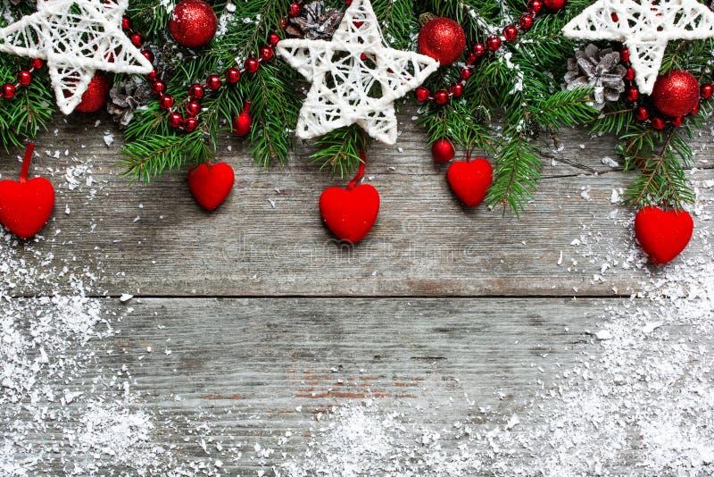 Fundo do Natal com decorações, corações de veludo e tre do abeto imagens de stock