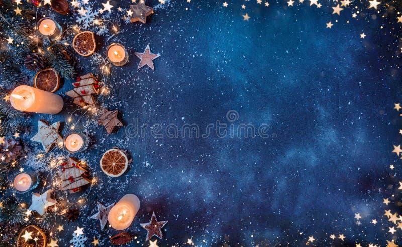 Fundo do Natal com decorações e velas de madeira S livre imagens de stock