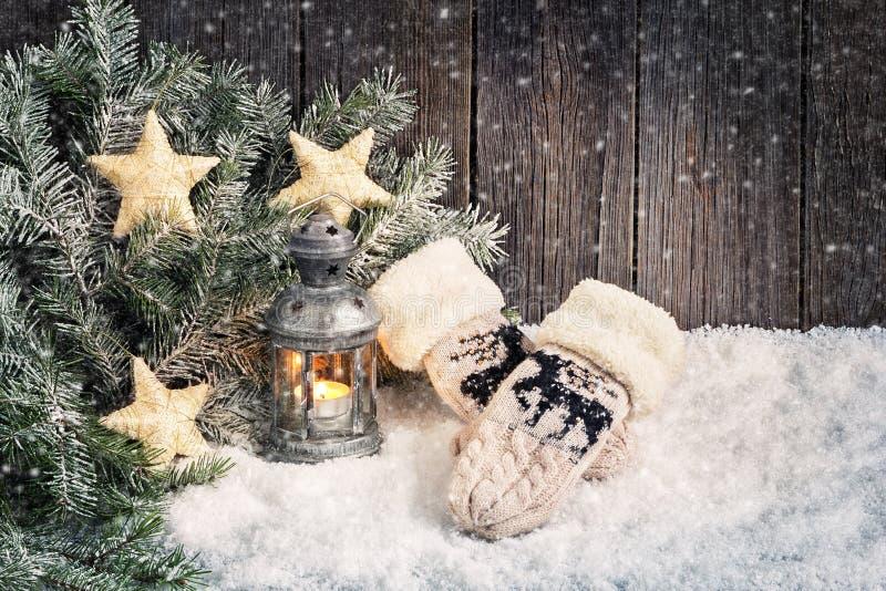 Fundo do Natal com lanterna e mitenes foto de stock royalty free