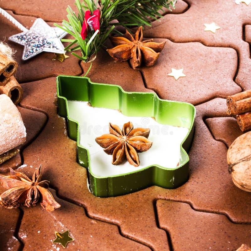 Fundo do Natal com massa do cozimento do pão-de-espécie, cutt da cookie foto de stock royalty free