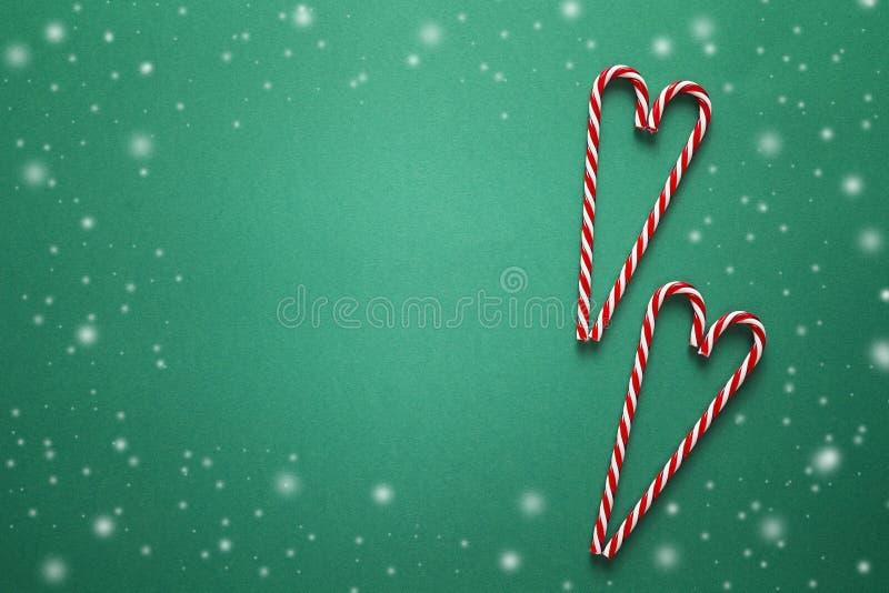 Fundo do Natal com os bastões de doces vermelhos na forma do coração fotos de stock royalty free
