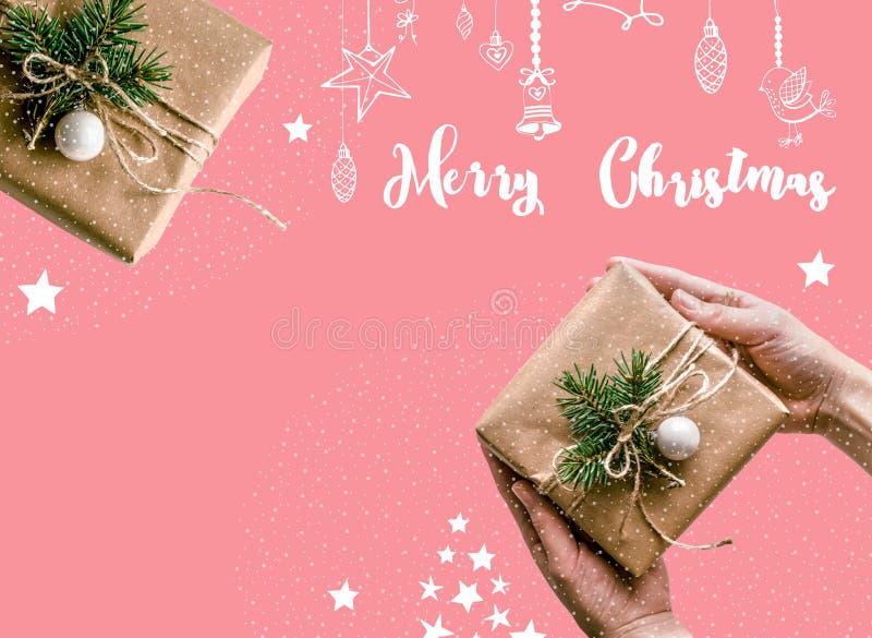 Fundo do Natal com os presentes envolvidos no papel de embalagem em um fundo branco, decorado no Eco-estilo Natal foto de stock royalty free