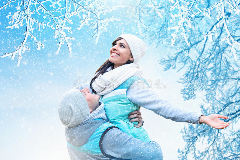 Fundo do Natal com pares no amor imagens de stock royalty free