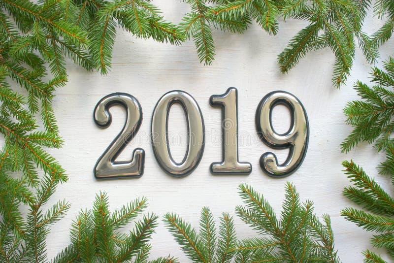 Fundo do Natal com presente, árvore de Natal e números 2019 na tabela de madeira branca fotos de stock royalty free
