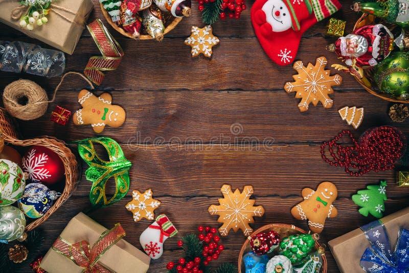 Fundo do Natal com presentes, brinquedos, bola, ramos de árvore, decoração do ano novo no fundo de madeira velho imagens de stock