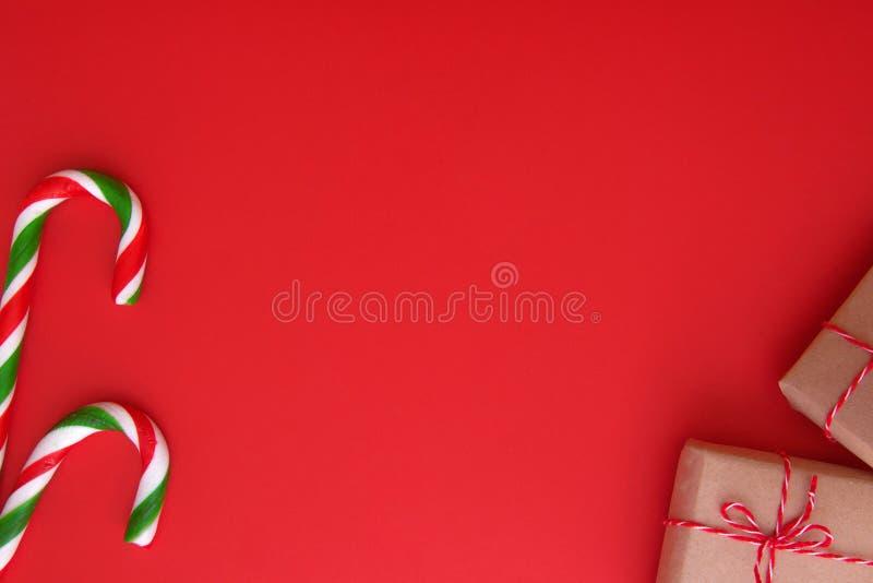 Fundo do Natal com presentes do Xmas e bastões de doces Vista superior, configuração lisa Copie o espaço para o texto fotografia de stock