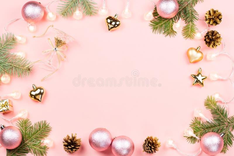 Fundo do Natal com ramos do abeto, luzes, decorações cor-de-rosa no rosa imagem de stock